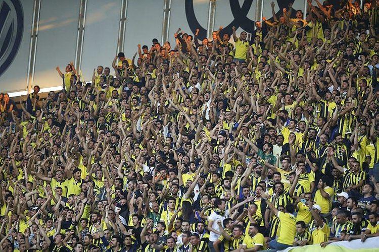 Fenerbahçe-Beşiktaş maçında tribünler tıklım tıklım